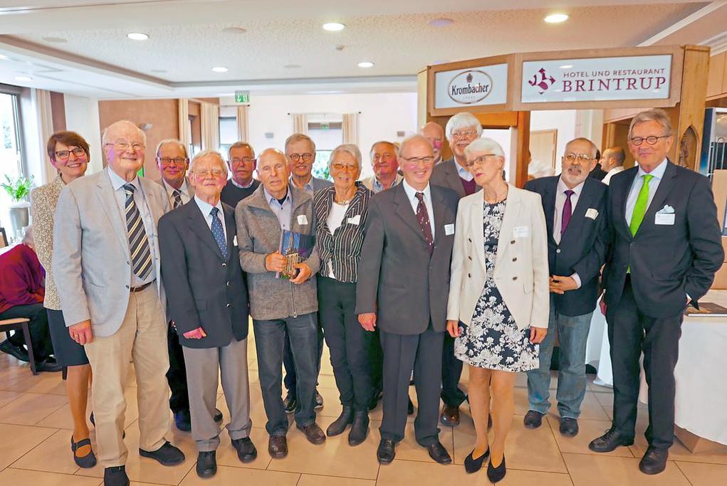 Seit 40 Jahren in Sachen Heimat und Kultur engagiert: Derzeitige und vormalige Vorstandsmitglieder feierten das Jubiläum des Roxeler Heimat- und Kulturkreises. Zahlreiche Gäste waren dabei mit von der Partie. Foto: ann